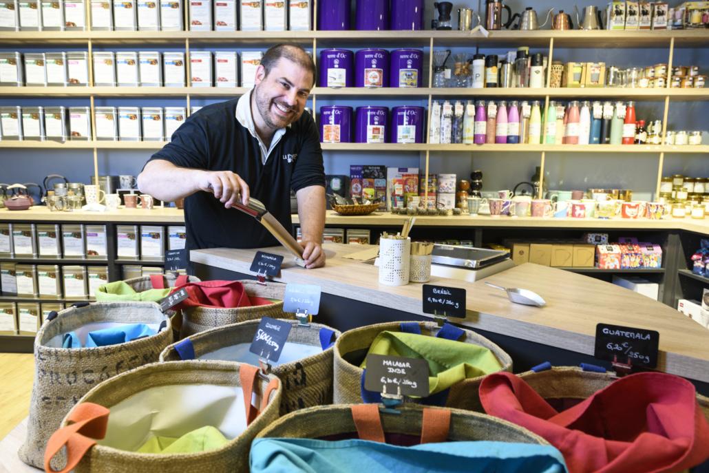 Lionel servant du café dans sa boutique, photo de Pascal Foulon